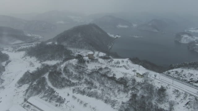 stockvideo's en b-roll-footage met snowy landscape of okjeongho lake and guksabong peak / imsil-gun, jeollabuk-do, south korea - sneeuwstorm