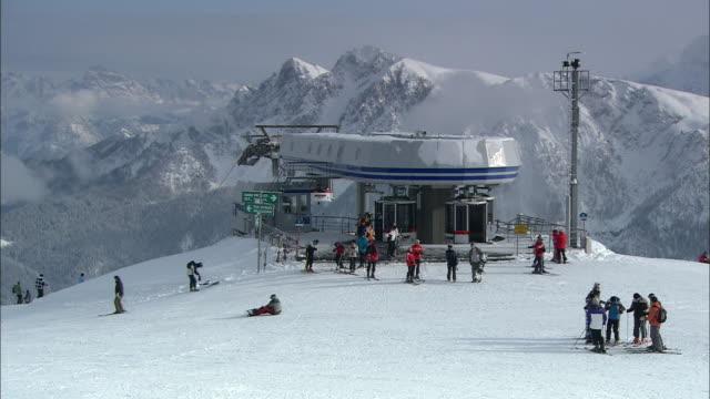 vídeos de stock e filmes b-roll de snowy landscape, summit station of the cable car - cable