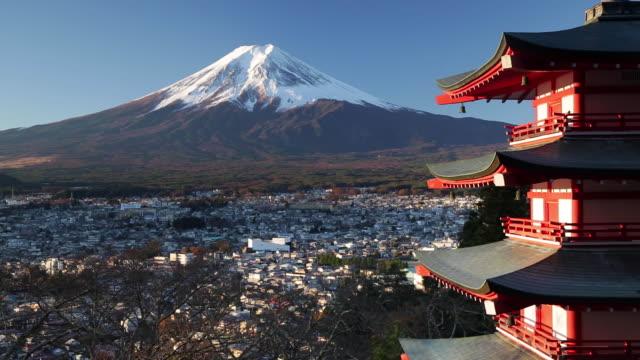 snowy mount fuji and chureito pagoda at arakura-yama sengen-koen park, fujiyoshida, shizuoka, honshu, japan - mt fuji stock videos & royalty-free footage