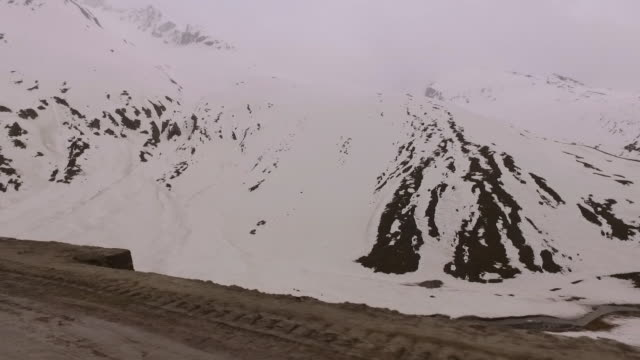 snowy mountain and road - gebäudefries stock-videos und b-roll-filmmaterial