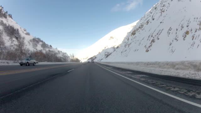 snowy mountain pass zeitraffer - endlos film stock-videos und b-roll-filmmaterial