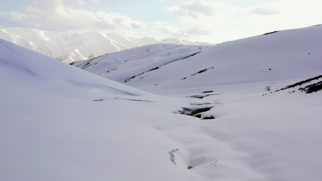 雪山ピークシーンドローンビュー - snowcapped mountain点の映像素材/bロール