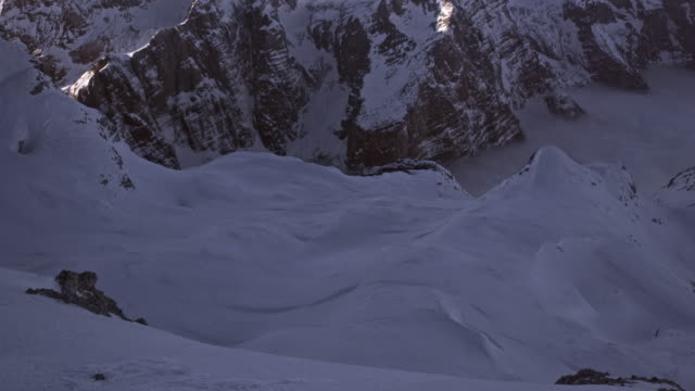 TU Snowy mountain range in sunshine