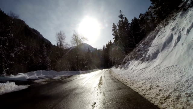 vidéos et rushes de route de montagne enneigée - condition