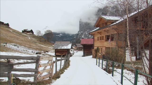 ws snowy mountain village in winter / gimmelwald, berner oberland, switzerland - gimmelwald stock videos & royalty-free footage