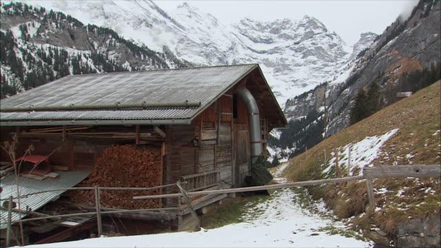 ws snowy mountain village in winter / gimmelwald, berner oberland, switzerland - berner alpen stock-videos und b-roll-filmmaterial