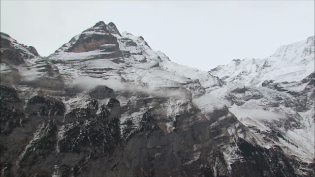 ws td tu snowy mountain village in winter / gimmelwald, berner oberland, switzerland - berner alpen stock-videos und b-roll-filmmaterial
