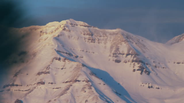 ms pan snowy mountains at sunset, orem, utah, usa - orem stock-videos und b-roll-filmmaterial