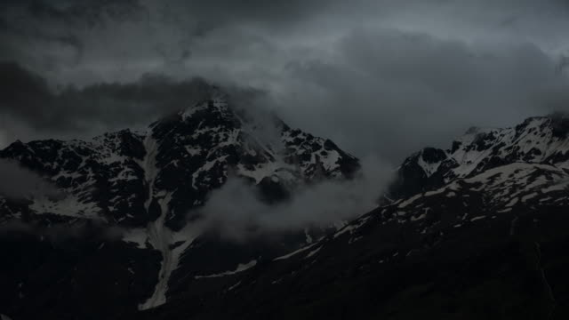 snowy mountains in the clouds at dawn - jammu e kashmir video stock e b–roll