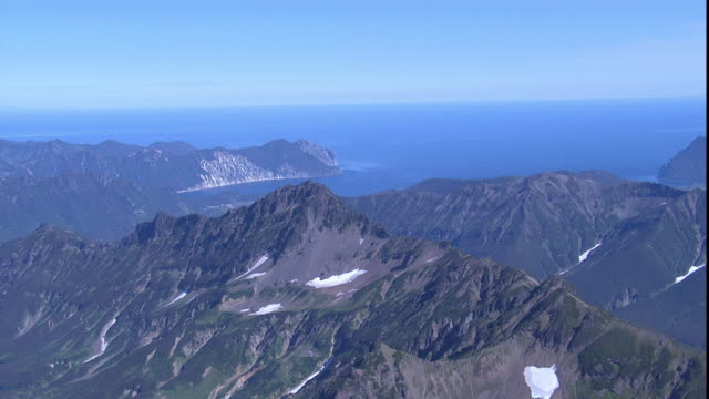 stockvideo's en b-roll-footage met snowy mountains overlook the kamchatka peninsula. - zeegezicht