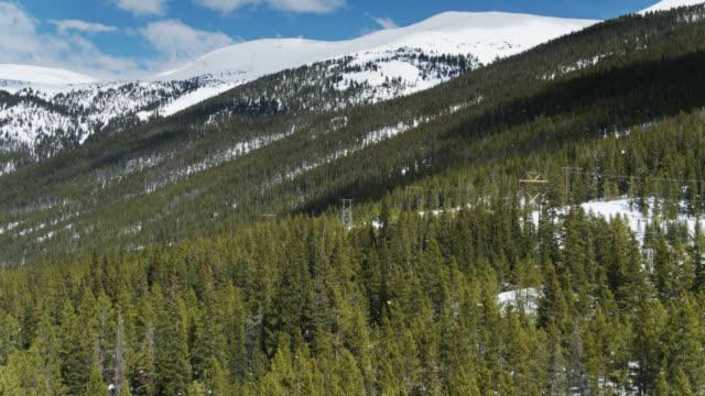コロラド州の雪山腹 - ドローンショット - ロッキー山脈点の映像素材/bロール