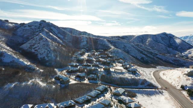 vídeos de stock, filmes e b-roll de vista aérea do zangão da vizinhança nevado - forma da água