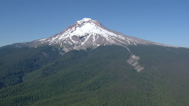 snowy peak of mount hood - mt hood stock videos & royalty-free footage