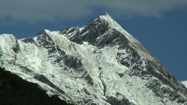 ms snowy peak of mt aspiring, mt. aspiring national park, new zealand - new zealand stock-videos und b-roll-filmmaterial