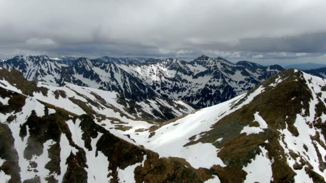 snowy peaks of piatra craiului national park ,carpathian mountains/ aerial drone view, romania - siebenbürgen stock-videos und b-roll-filmmaterial