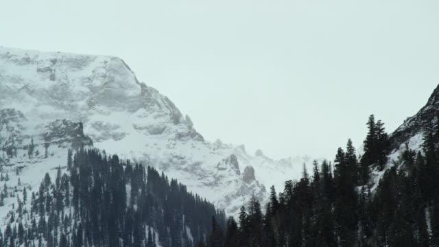 曇り空の下で冬にユーレイ、コロラド州のロッキー山脈のサンファン山脈の雪に覆われたピーク - ユアレイ市点の映像素材/bロール