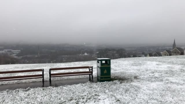 vidéos et rushes de snowy scenes in nelson, lancashire, as parts of the uk experience a drop in temperatures over the weekend. - lancashire