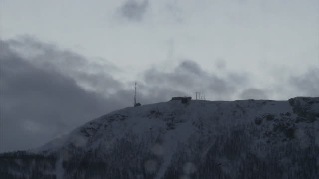 t/l snowy storm clouds over mountain monitoring station - wetterstation stock-videos und b-roll-filmmaterial