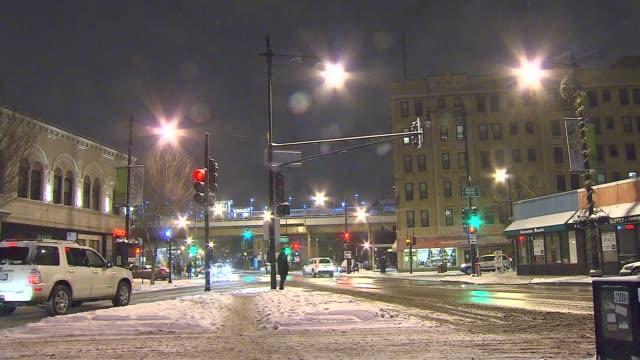 vídeos de stock, filmes e b-roll de snowy street corner on december 16 2013 in chicago illinois - chuva congelada