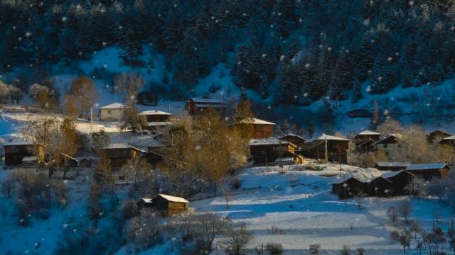 vídeos de stock, filmes e b-roll de de neve village - localidade pequena