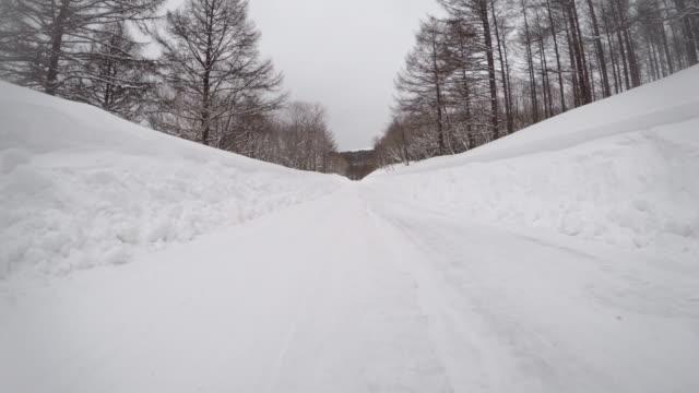 vidéos et rushes de les weekends neigeux d'hiver route voiture à 4 k - neige fraîche