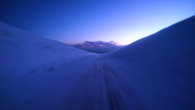 stockvideo's en b-roll-footage met snowy winter weg rijden bij schemering - 4k- - driverslag