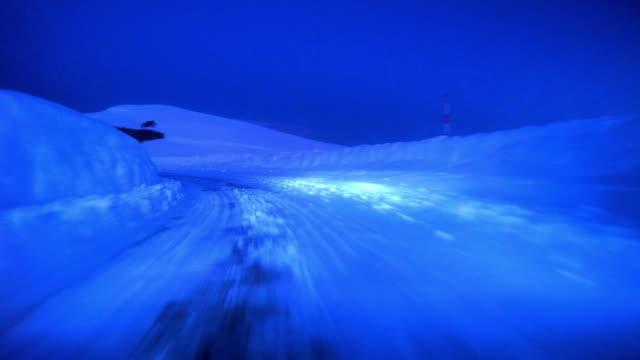 雪深い冬 road drive で dusk-4 k - 未舗装点の映像素材/bロール