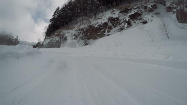 vidéos et rushes de les weekends neigeux d'hiver route voiture -mountain climbing- 4 k - neige fraîche