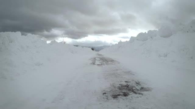 vídeos de stock, filmes e b-roll de estrada de carro de inverno neve - ponto de vista de câmera