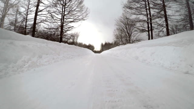 vidéos et rushes de neige hiver route voiture - neige fraîche