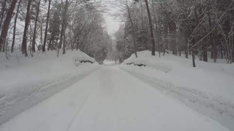 vídeos y material grabado en eventos de stock de nívea camino de invierno para automóvil - carretera de tierra