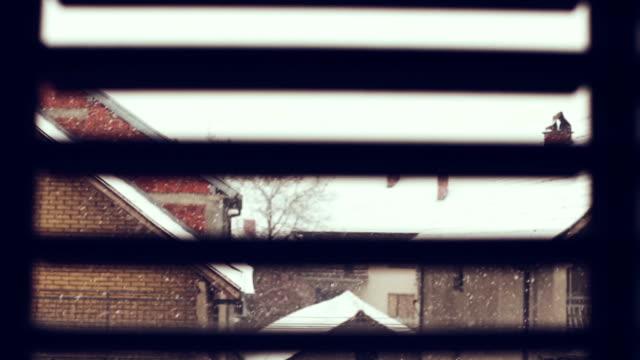 vídeos de stock, filmes e b-roll de cena de inverno nevado - janela saliente
