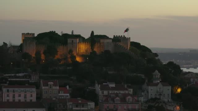 vídeos de stock e filmes b-roll de são jorge castle and skyline, lisbon - história