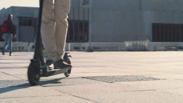 vidéos et rushes de tant de façons de se déplacer en ville - cartable