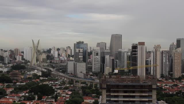 vídeos de stock, filmes e b-roll de são paulo city and estaiada bridge/ sao paulo, brazil - estática