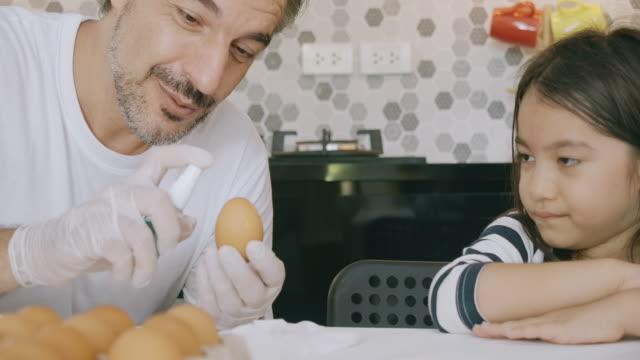 stockvideo's en b-roll-footage met dus zo maak je het ei schoon. - clean