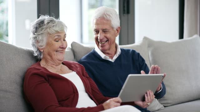 vídeos de stock, filmes e b-roll de então, onde vamos com o pagamento de aposentadoria? - perto de