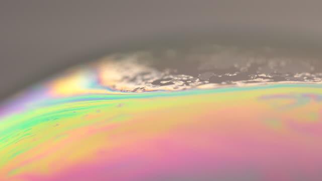 vidéos et rushes de surface de savon sous objectif macro extrem - lessive produit d'entretien