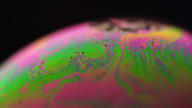 seife-oberfläche unter extrem-makro-objektiv - in bodenhöhe stock-videos und b-roll-filmmaterial