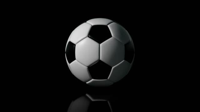 vidéos et rushes de soccer ball (football) 4k intro sur fond noir avec reflet - donner un coup de pied