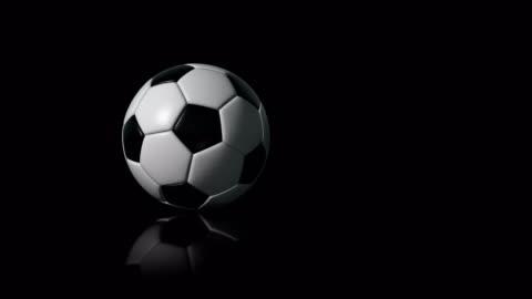 vidéos et rushes de soccer ball (football) 4k intro sur fond noir avec reflet - ball