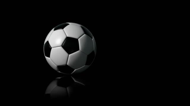 vidéos et rushes de soccer ball (football) 4k intro sur fond noir avec reflet - objet ou sujet détouré