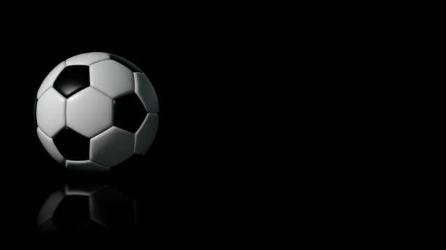 vidéos et rushes de soccer ball (football) 4k intro sur fond noir avec reflet - rouler ou dérouler