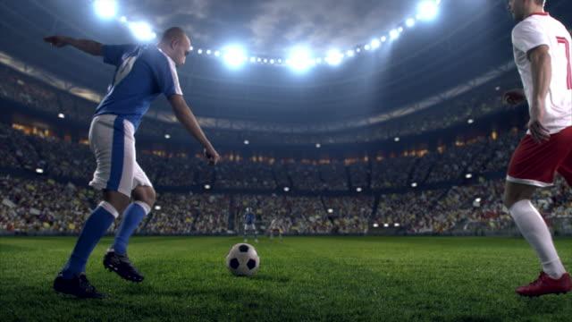 Fußball: Ball Kick von Fußballspieler und-Trainer