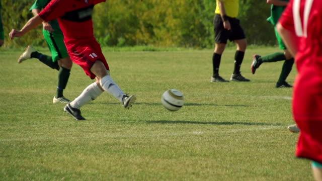vídeos de stock, filmes e b-roll de jogo de bola de futebol - jogo de lazer