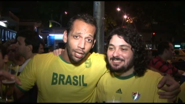 vidéos et rushes de soccer fans cheering and singing at a bar / rio de janeiro, brazil - 2010