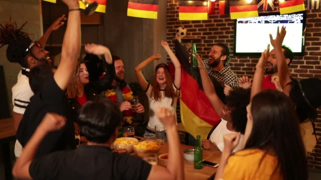 vídeos y material grabado en eventos de stock de fanáticos del fútbol que anima - barra futbol
