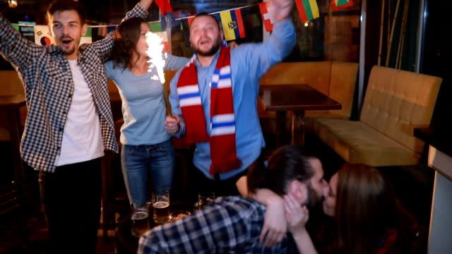 Voetbalfans in pub