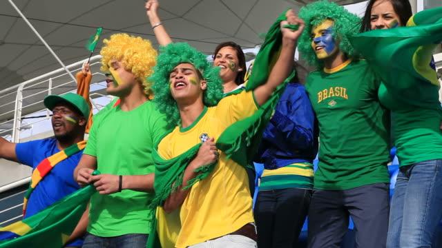 vídeos de stock e filmes b-roll de fãs de futebol do brasil cantar o hino nacional - cultura sul americana