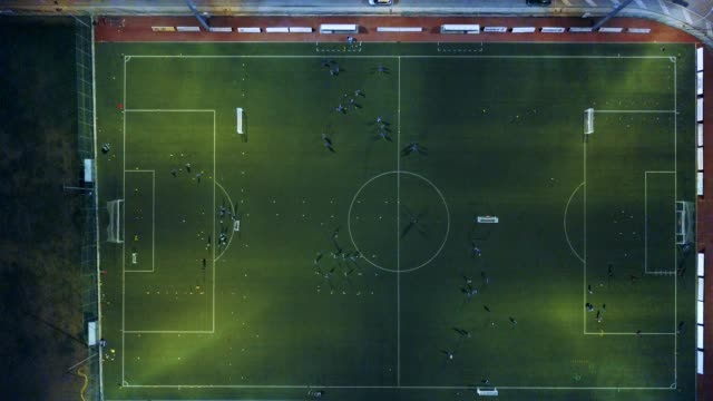 vídeos de stock e filmes b-roll de soccer field at night - aerial view - campo de futebol